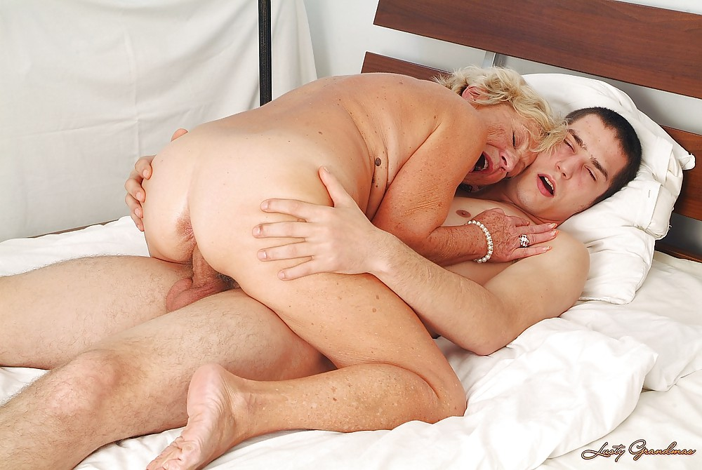 Milf prepares for anal