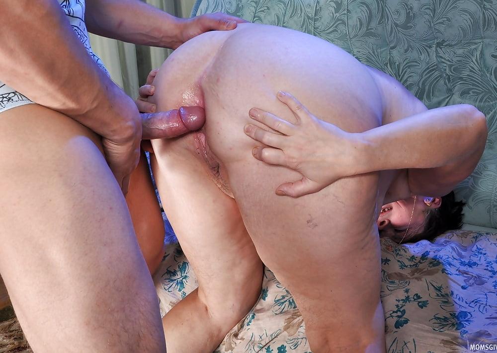 русскую даму трахают в попку лег