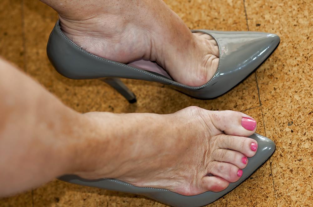 лизать старушке пальцы ног заранее объяснили