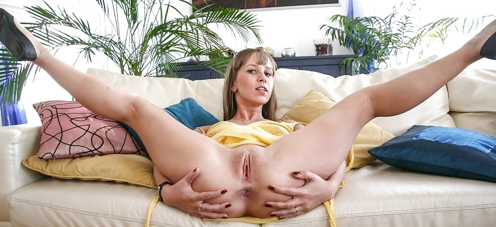 Pretty milf with big tits vanilla deville spreading legs and fucking