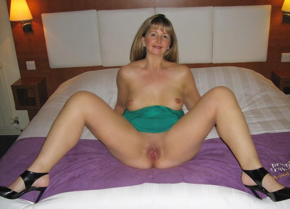 naked-amateur-debbie