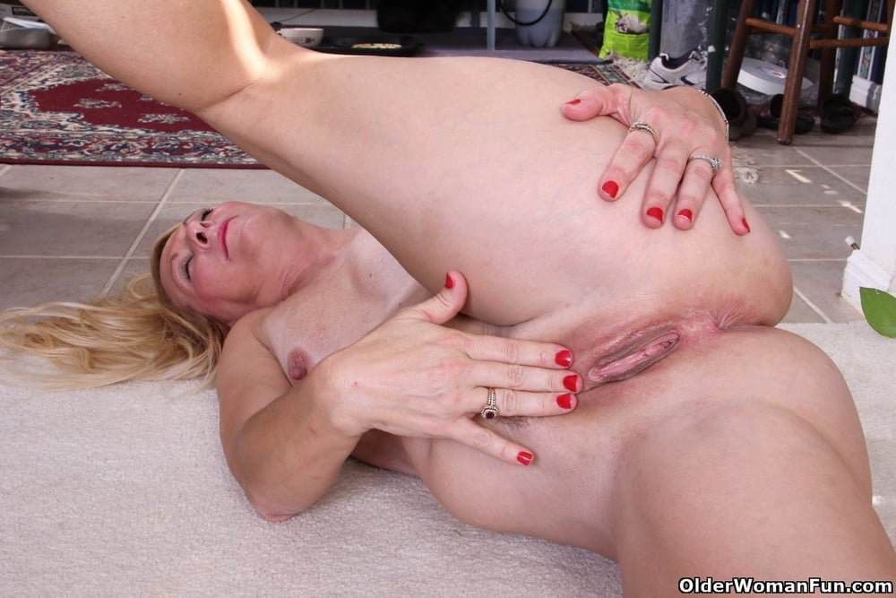 Shelby from OlderWomanFun - 12 Pics