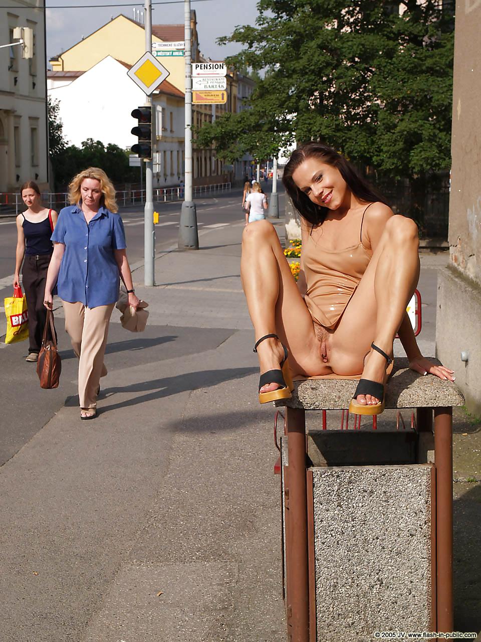 Смотреть русские девушки показывают вагину в общественном месте онлайн — pic 3
