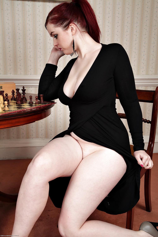 Шатенка в обтягивающем платье порно костя