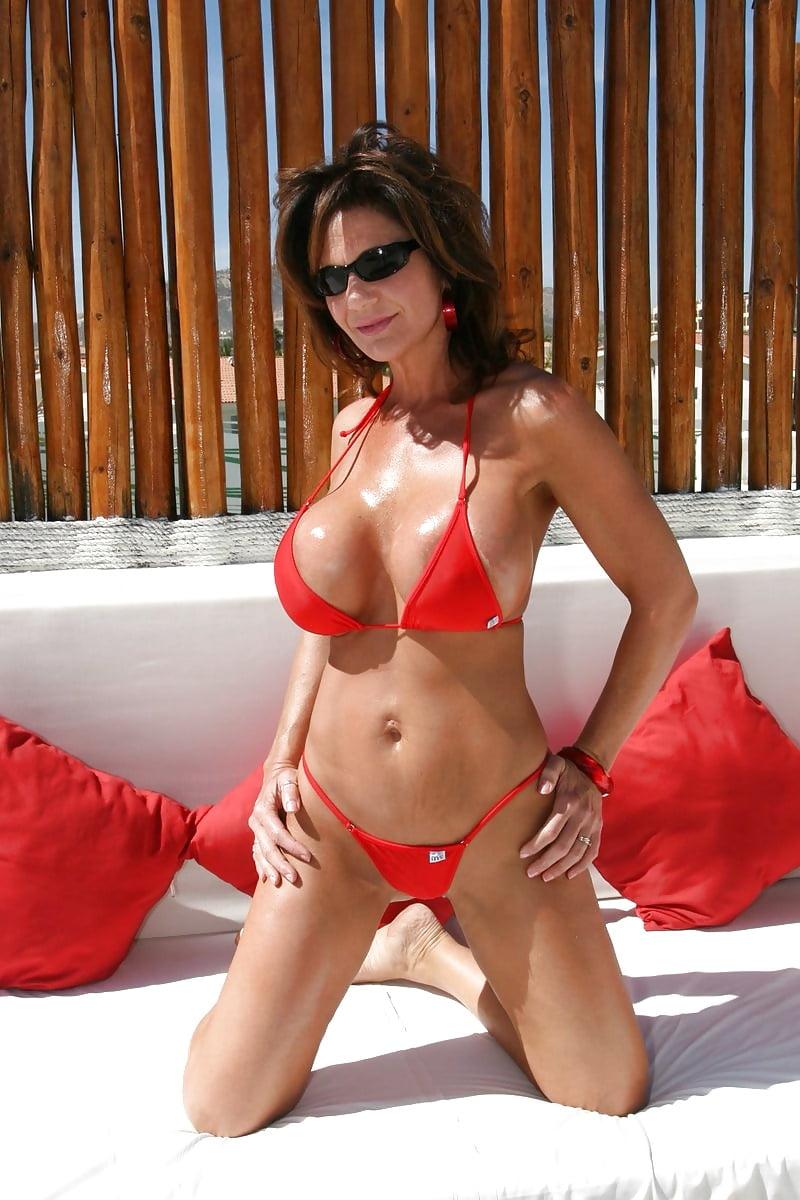 milf-in-bikini-blow