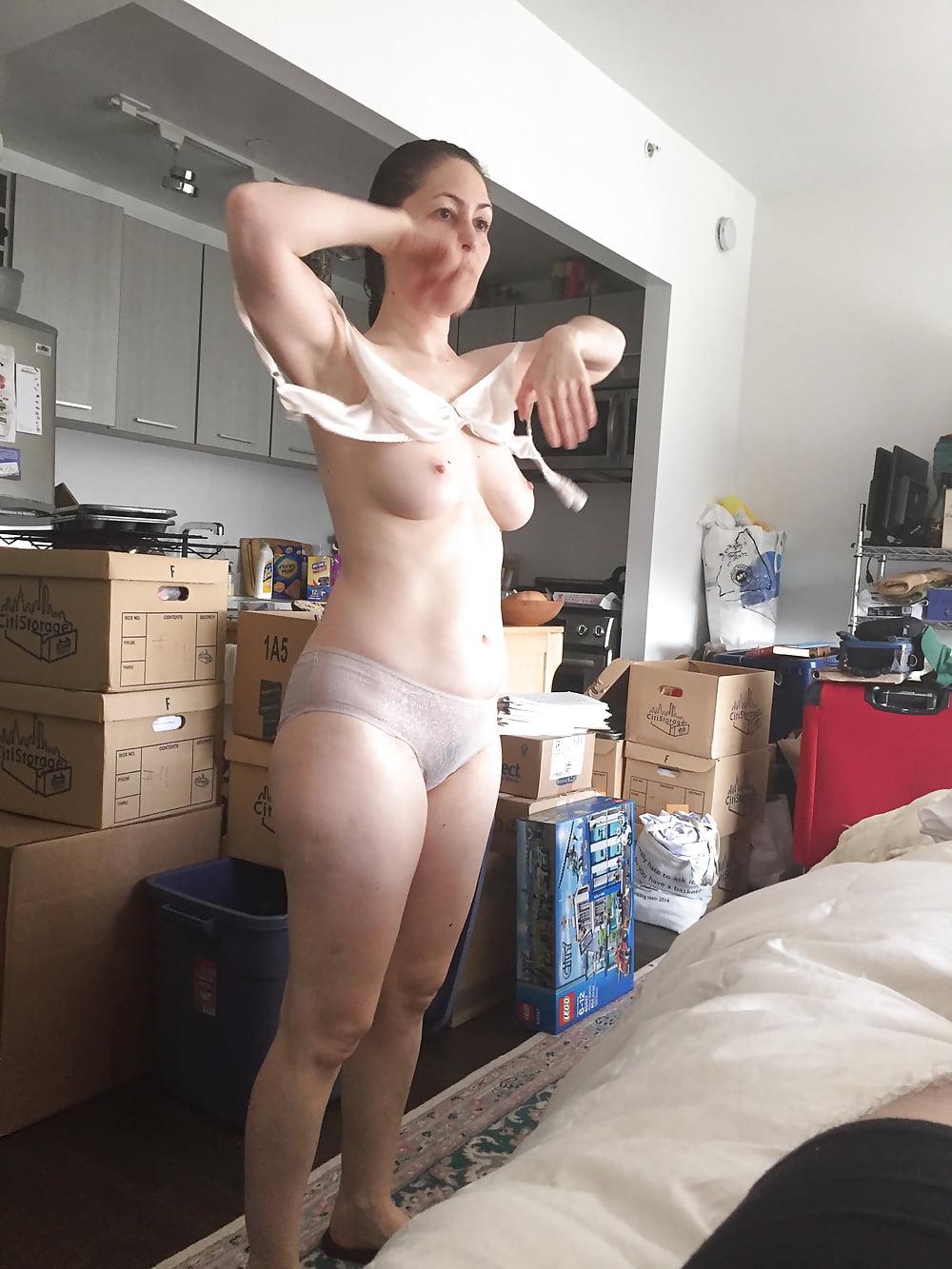Муж снимает как переодевается зрелая жена порно