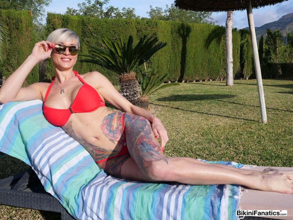 Tall bikini model loves to show her pussy - 12 Pics