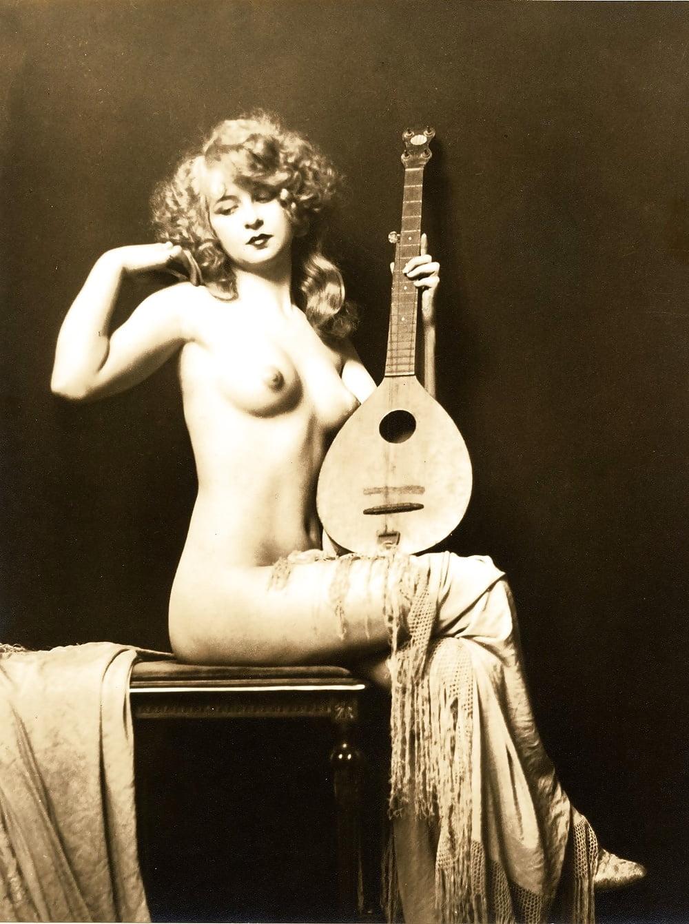 femme-vintage-musician-female-nude-titti-naked-women