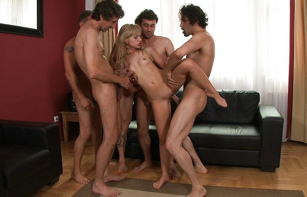 Смотреть онлайн много парней трахают зрелую женщину — pic 13