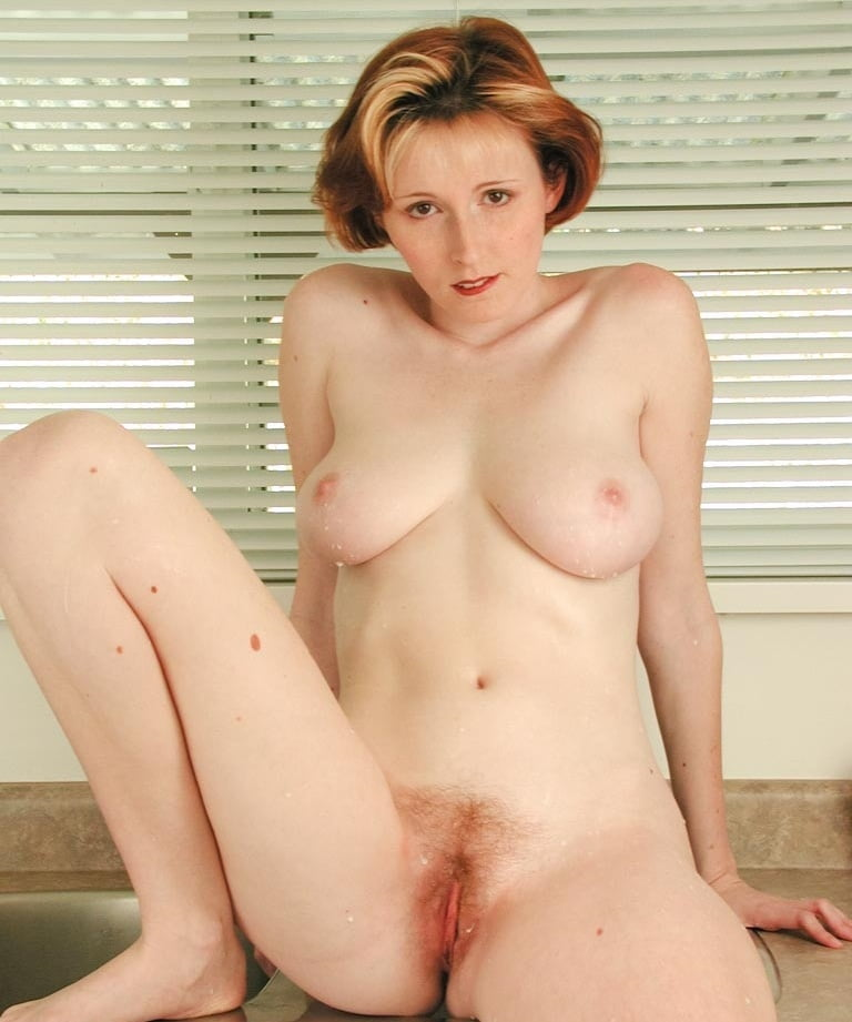 Sexy milf elli nude shows her natural tits before showcasing her bush