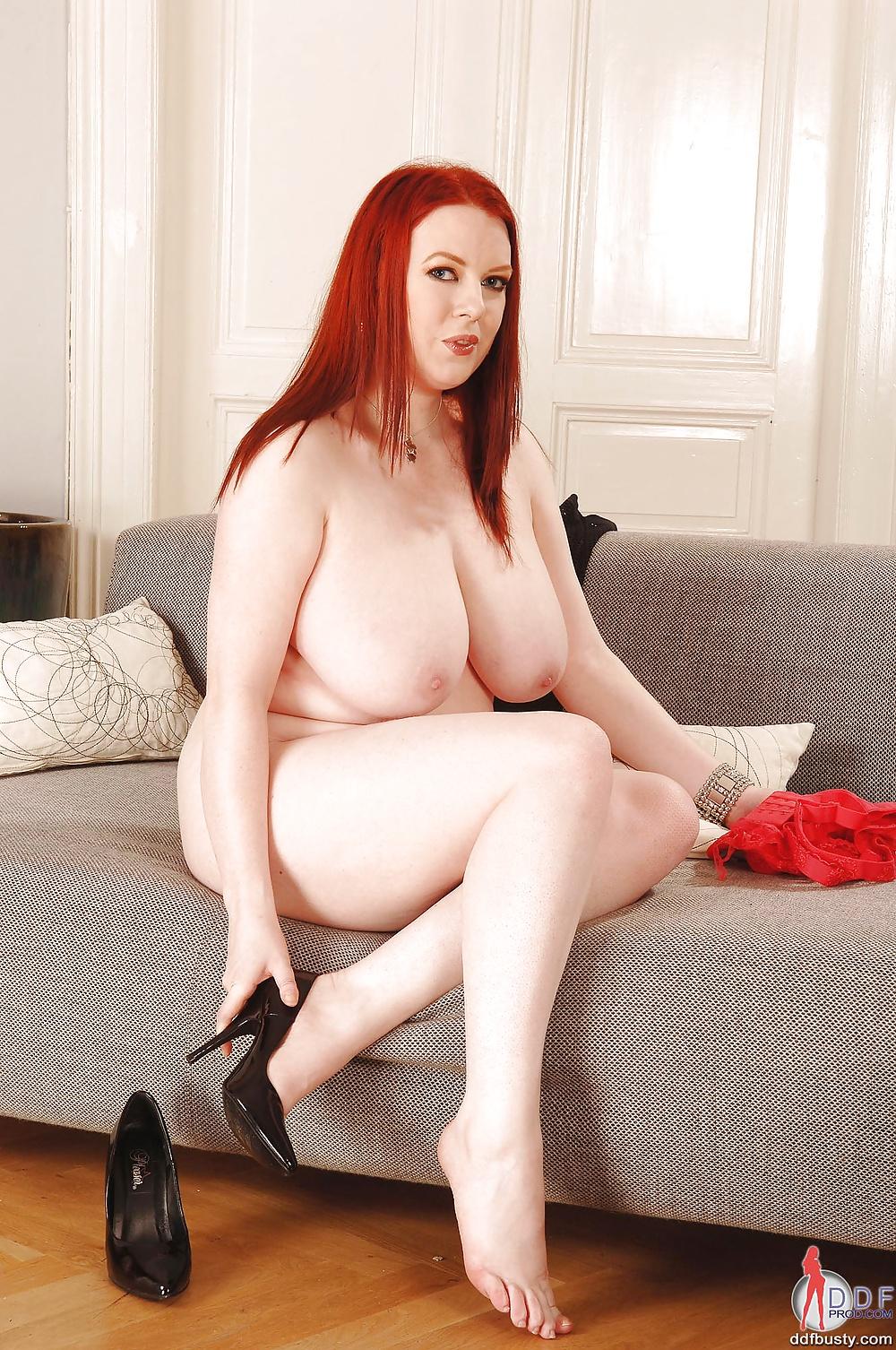 Зрелая рыжая пышка в очках на диване #1