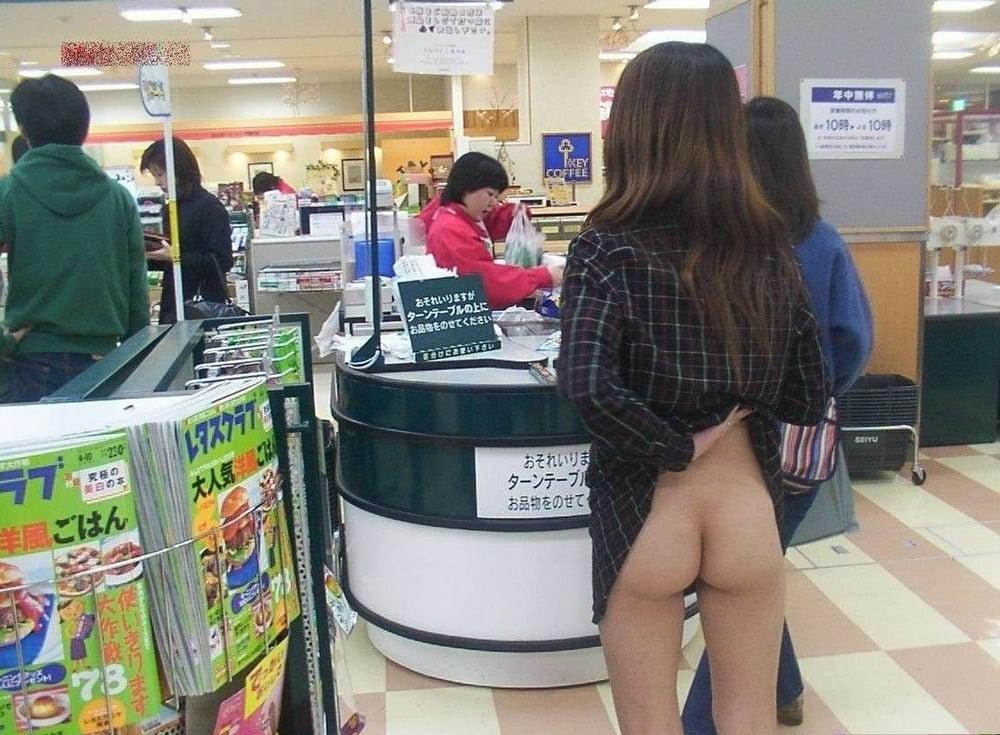 девушки без трусиков под юбкой в магазине пользователи тратят