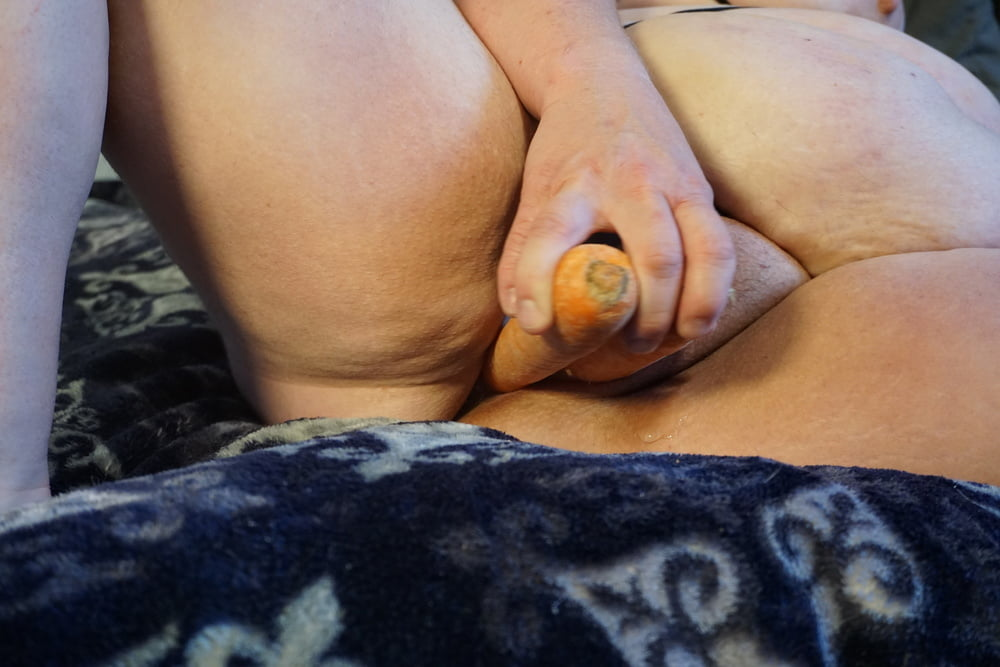 Sexy BBW Fucks Carrots Photoset