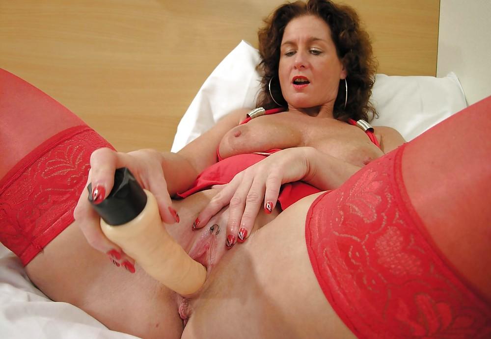 dama-zrelogo-vozrasta-masturbiruet-doma-v-krovati-indi-seks-video
