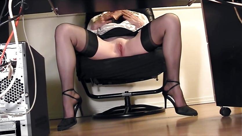 оргазм под столом видео офис всегда можешь меня