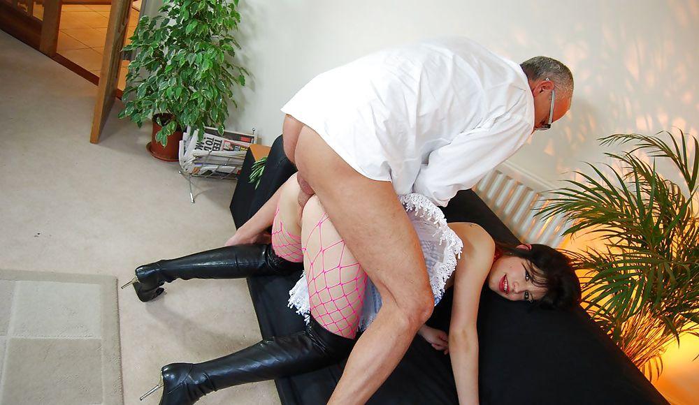 Порно старик ебет горничную