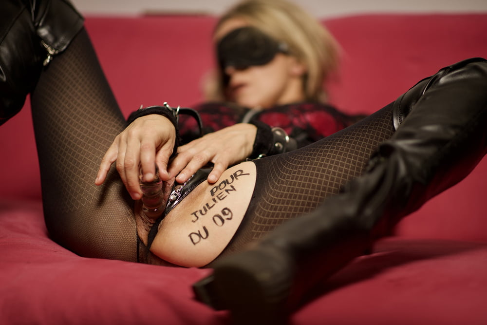 Dedicace pour Julien du 09 ma femme en collant write on slut - 6 Pics