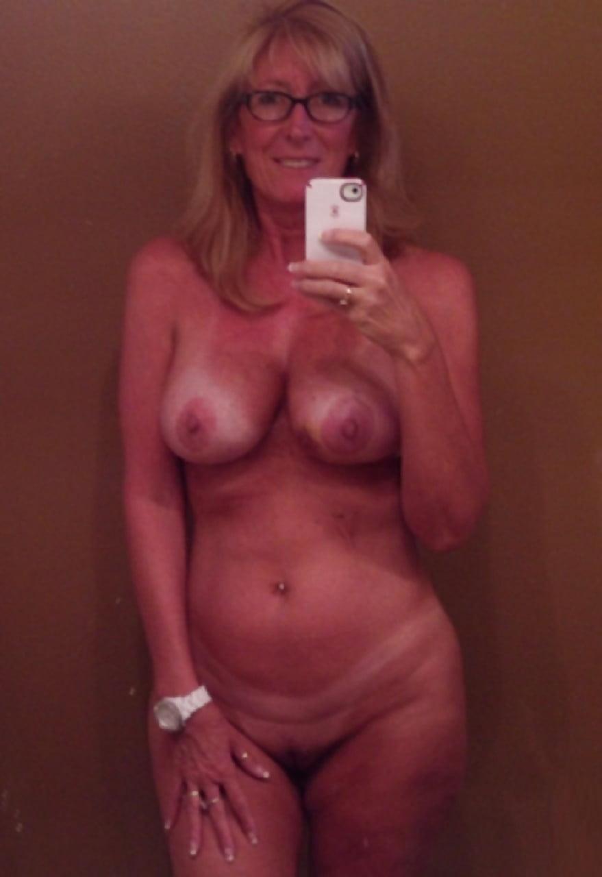 Innocent amatuer selfie naked mom — photo 2