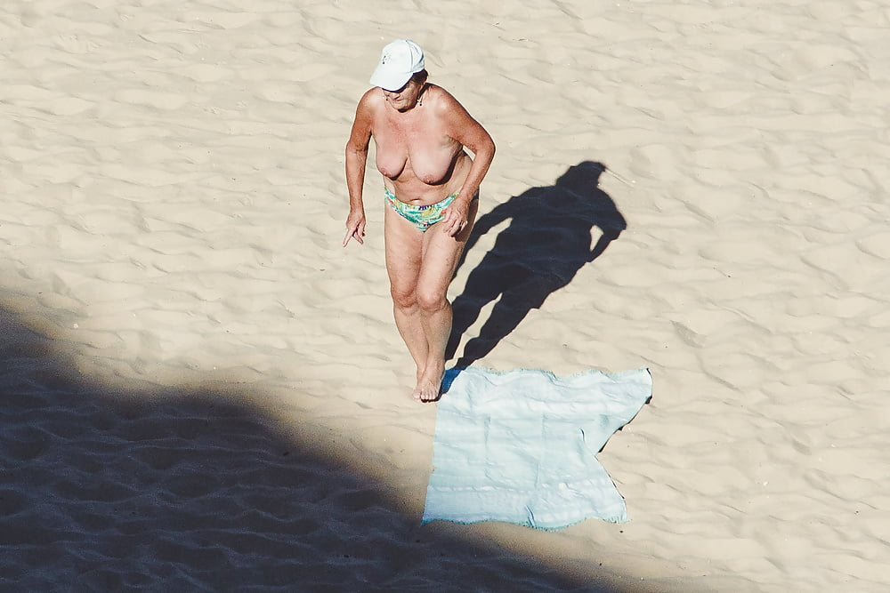 Naked old men on the beach-5096