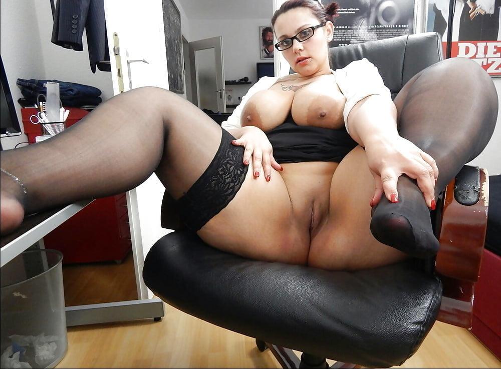 Пышные секретарши в порно, девушка делает минет грабителю