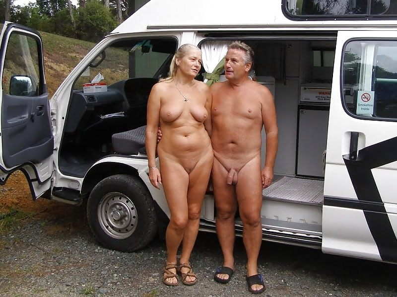 naked-couple-surprises-diners-in-stroll