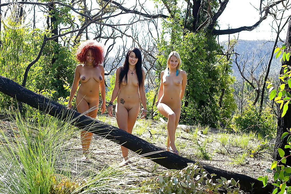 как гуляют развратные голые женщины