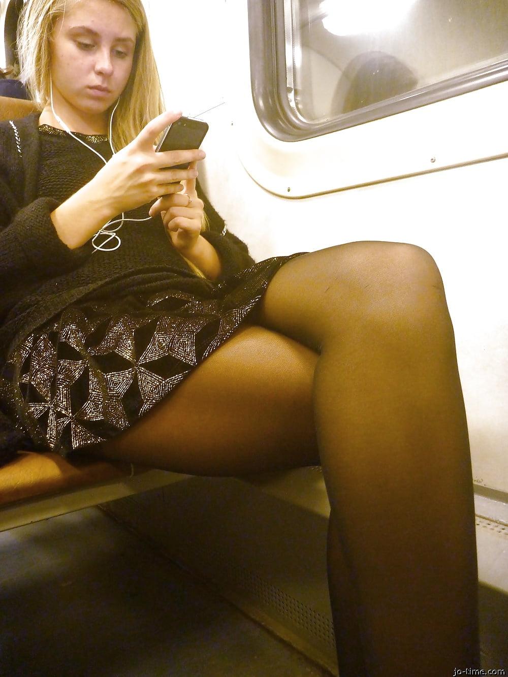 У девушек под длинной юбкой в метро автотранспорте