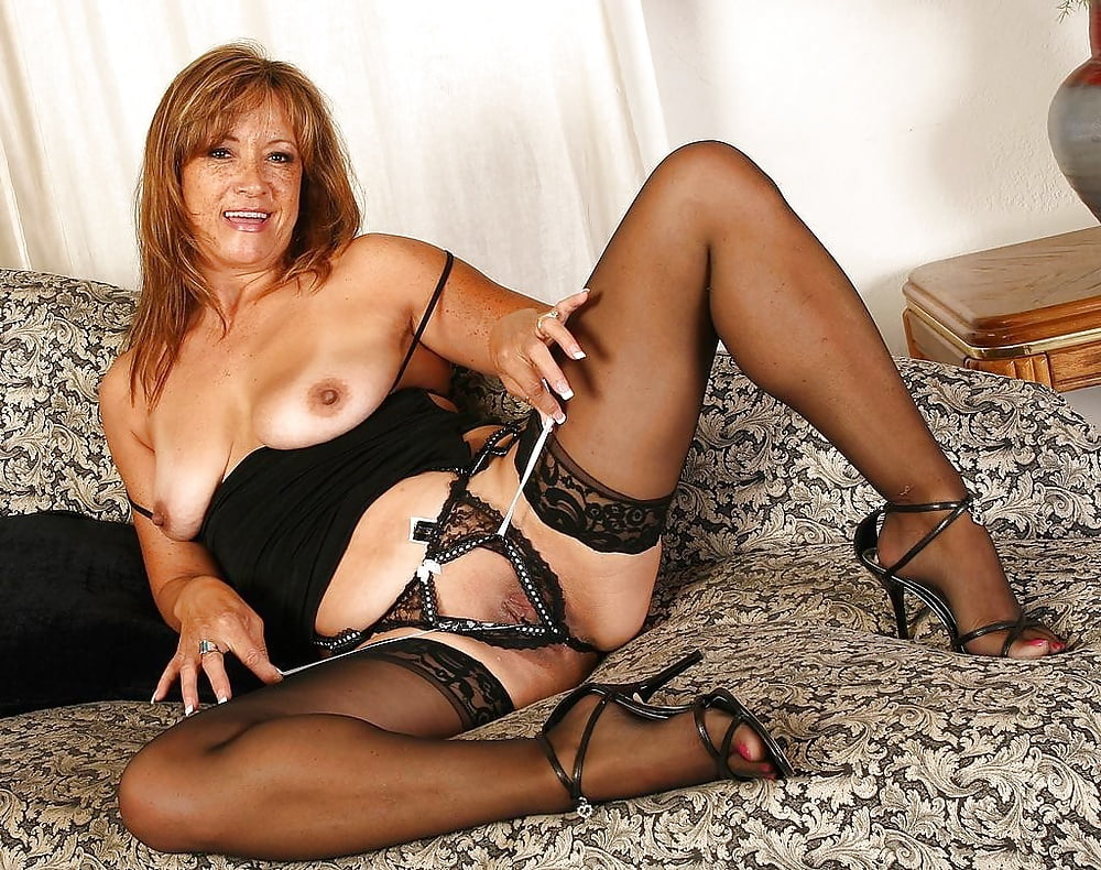 Middle Aged Lady Ivana Slew Takes Off Lingerie And Heels To Pose Totally Nude