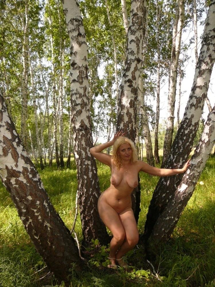 зрелые голые женщины под деревом - 9