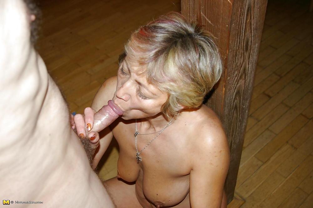 тетка старое порно женщина отсасывает у парня в ванной ножки попка