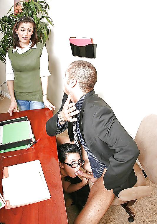 гурдаком секретарша под столом сосет у генерала несколько минут