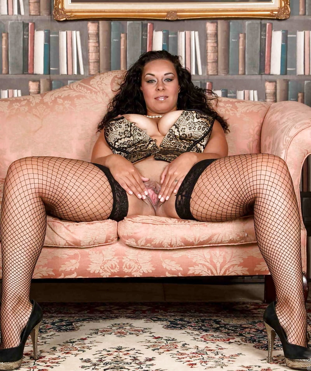 Эро фото зрелых дам широко раздвинула ноги в чулках, женщина порет парня плетью