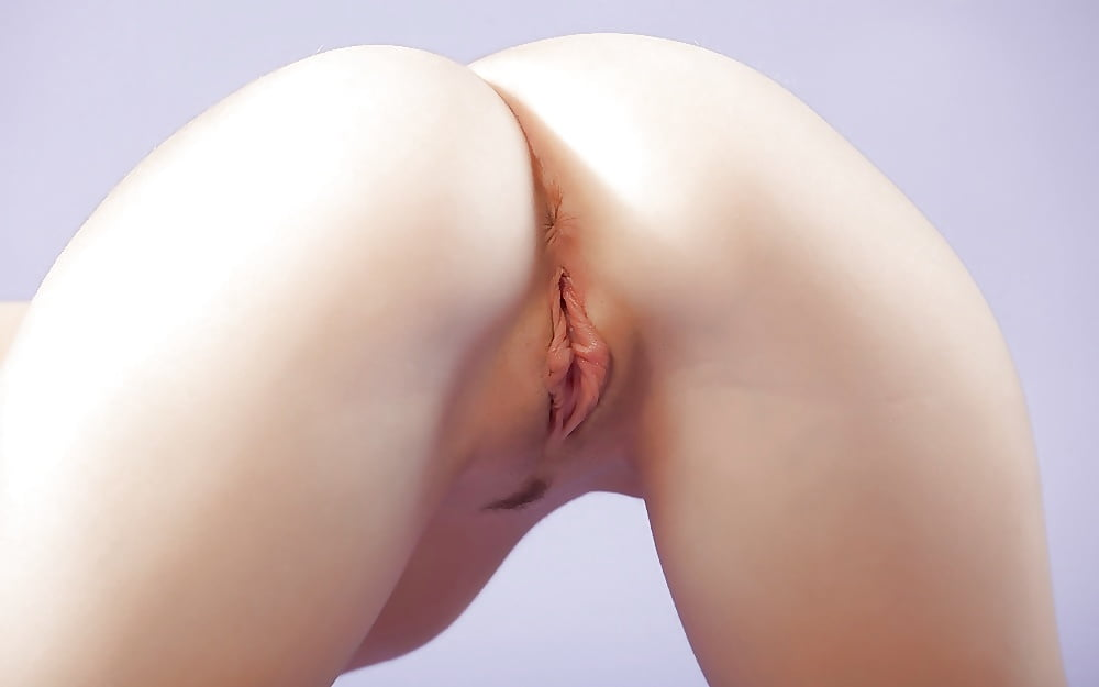Bleached candy girl have a nice shaved pink pussy