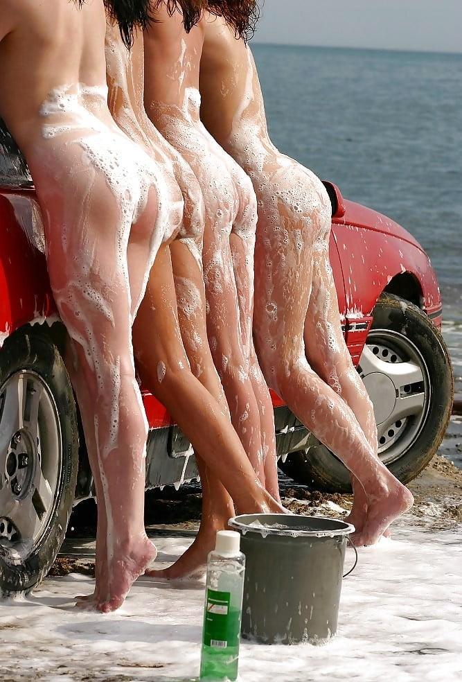 Видео моют машины голыми попками 3