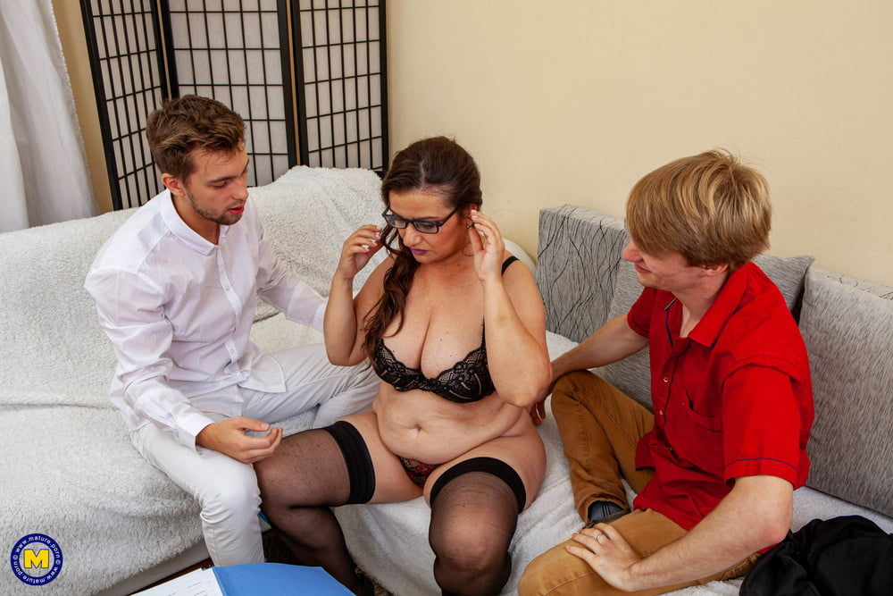 Mature sex bomb Suzzane gets creampie from two young studs