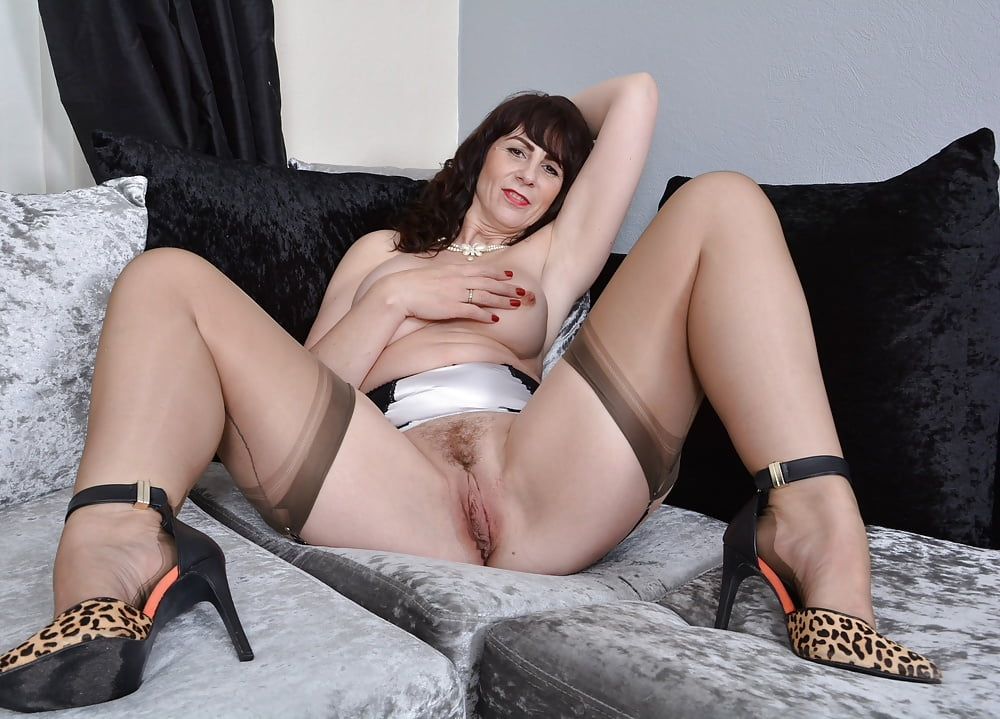 Mature hairy pussy in stockings — pic 14