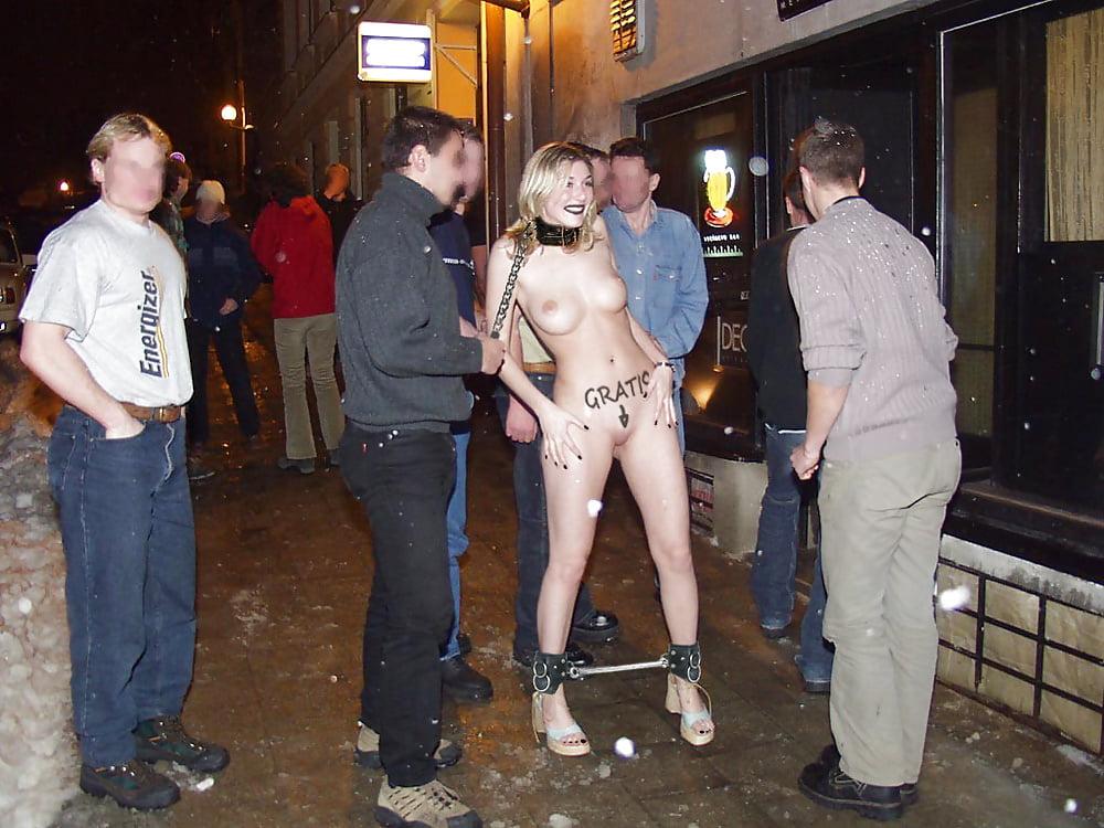 фото голой девушки на фоне толпы мужиков фото девушек, которые