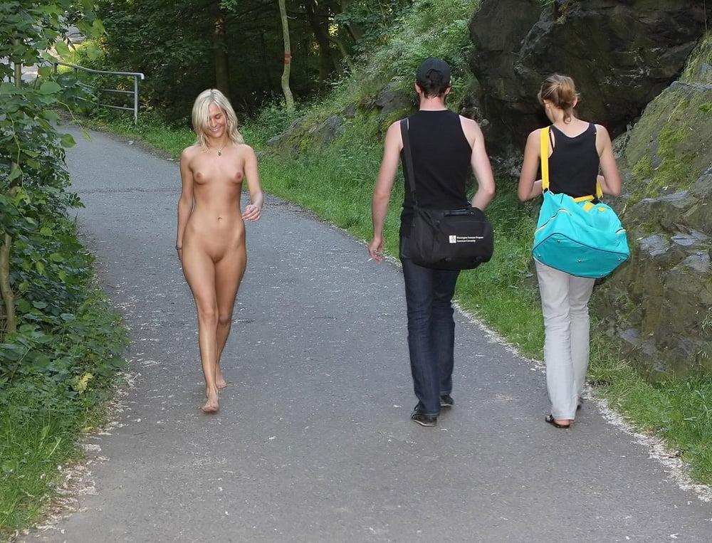 Фото голая женщина гуляет на людях, фото даю трахать себя двоим парням