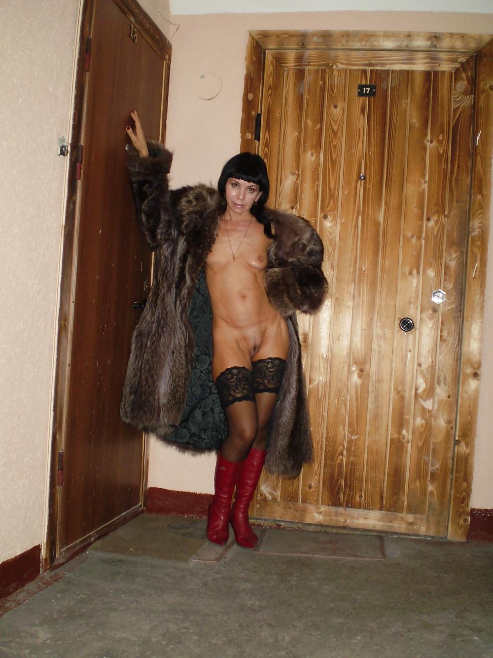 Фото голой жены в подъезде зимой, страпон купить анальный