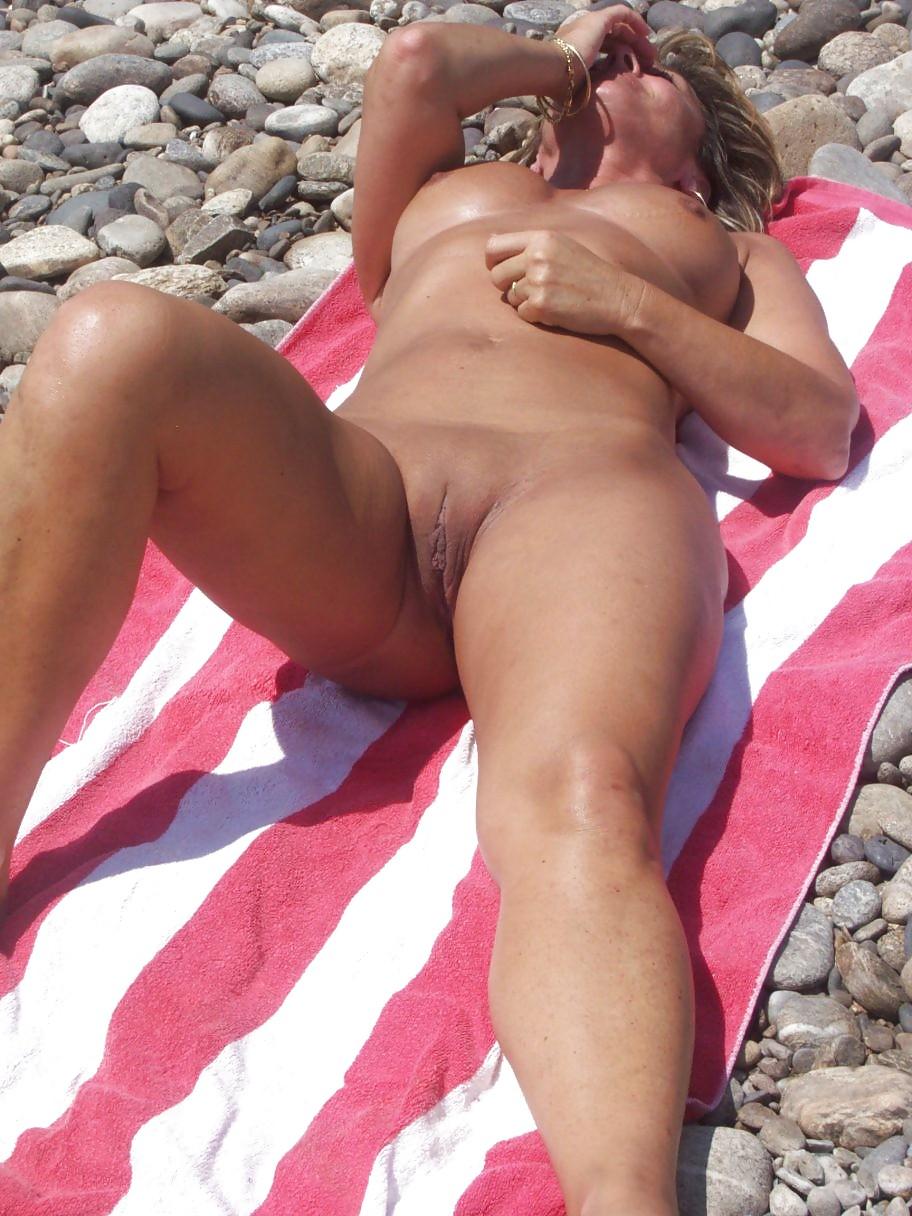 ходит дрочит по пляжу