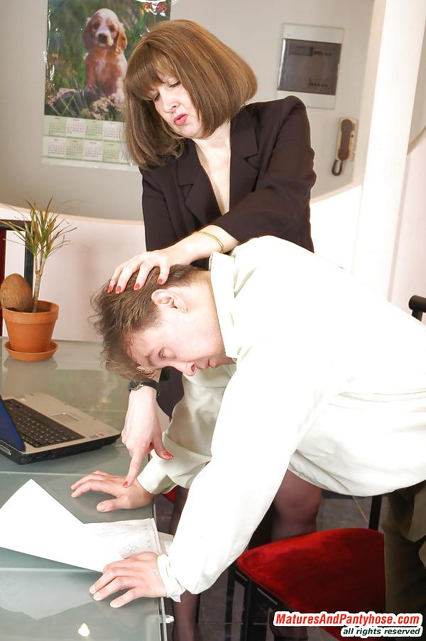 зрелая начальница наказывает подчиненную зрители