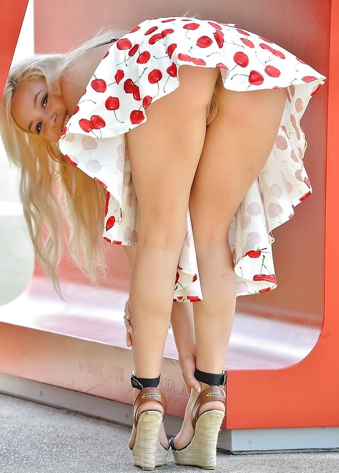 Девчонки в коротких красных юбочках без трусиков