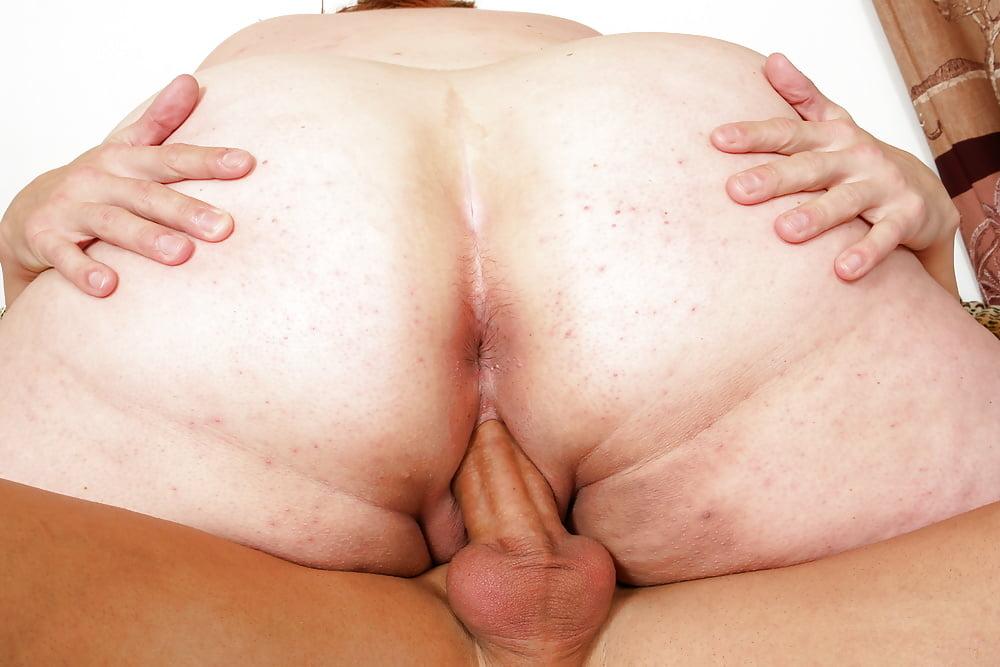 Толстушку в анус, девчонка трогает член