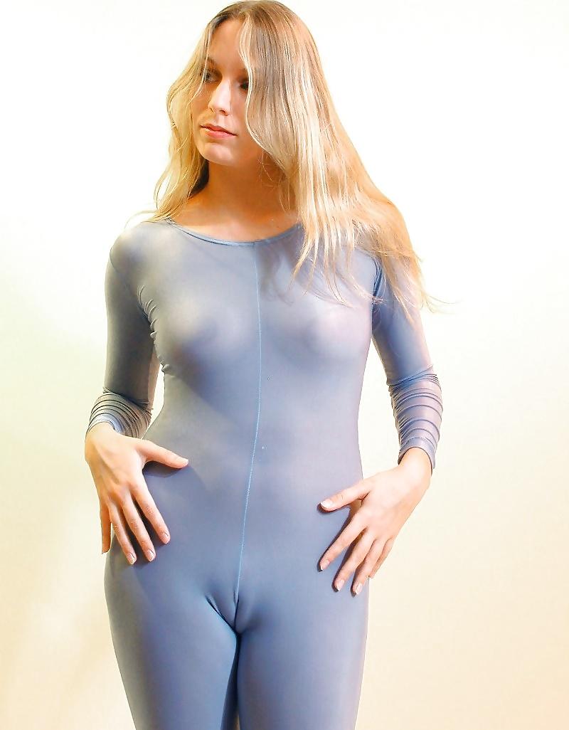 Промежности девушек в обтягивающей одежде — photo 10