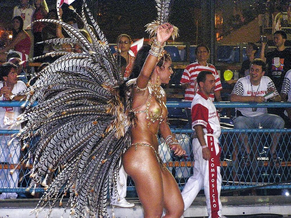 seks-turizm-v-brazilii-trahaetsya-so-svyazannim-parnem-onlayn