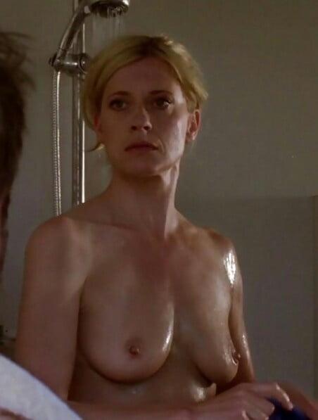 Nackt dusche peters caroline Caroline Peters