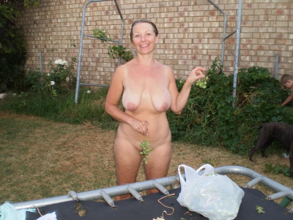 Большие голые старые сиськи на грядке видео, нарезка сперма транссексуалов