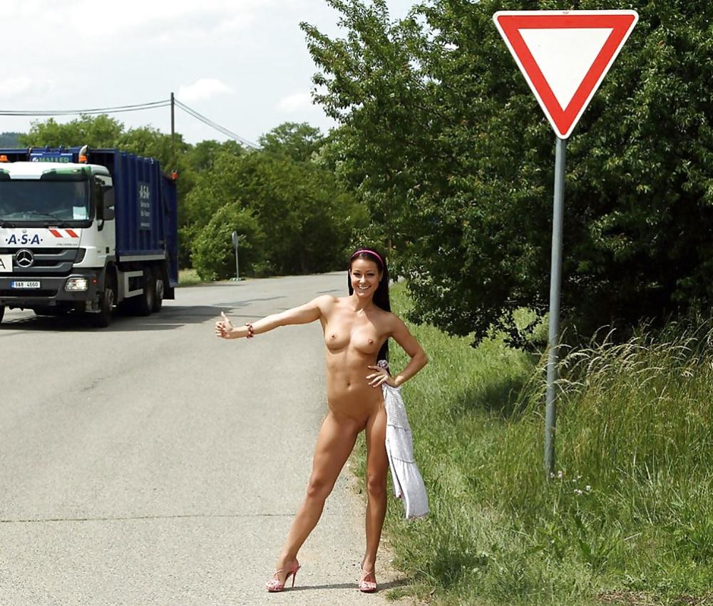 Видео обнаженных на дороге, порно фото голые телки ебутся на публике