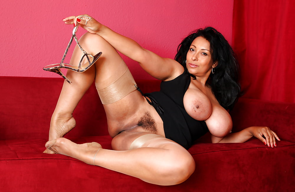 Donna posiing nude 8