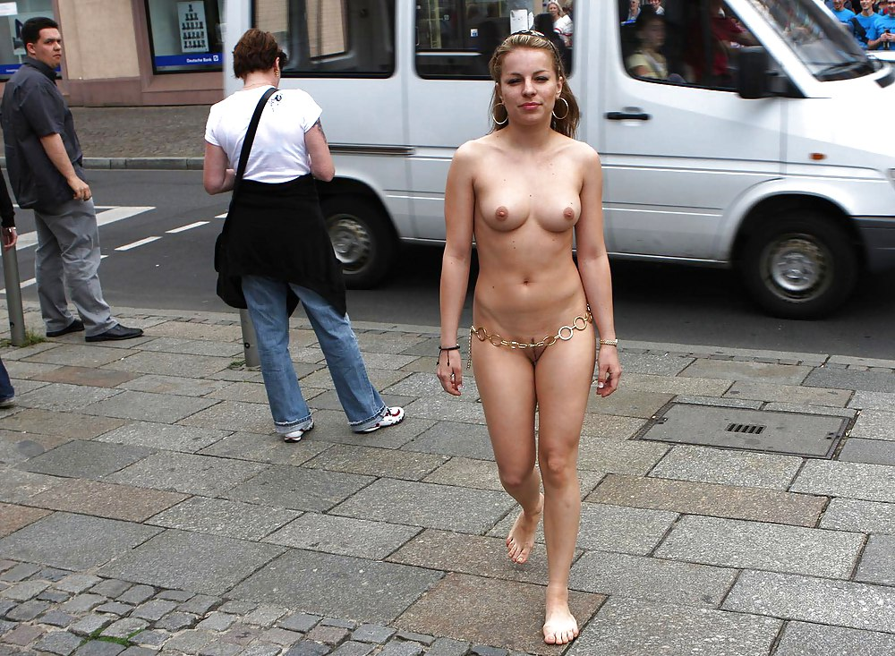 Public naked sologirl modeling
